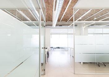 oficina con mamparas por syncro21